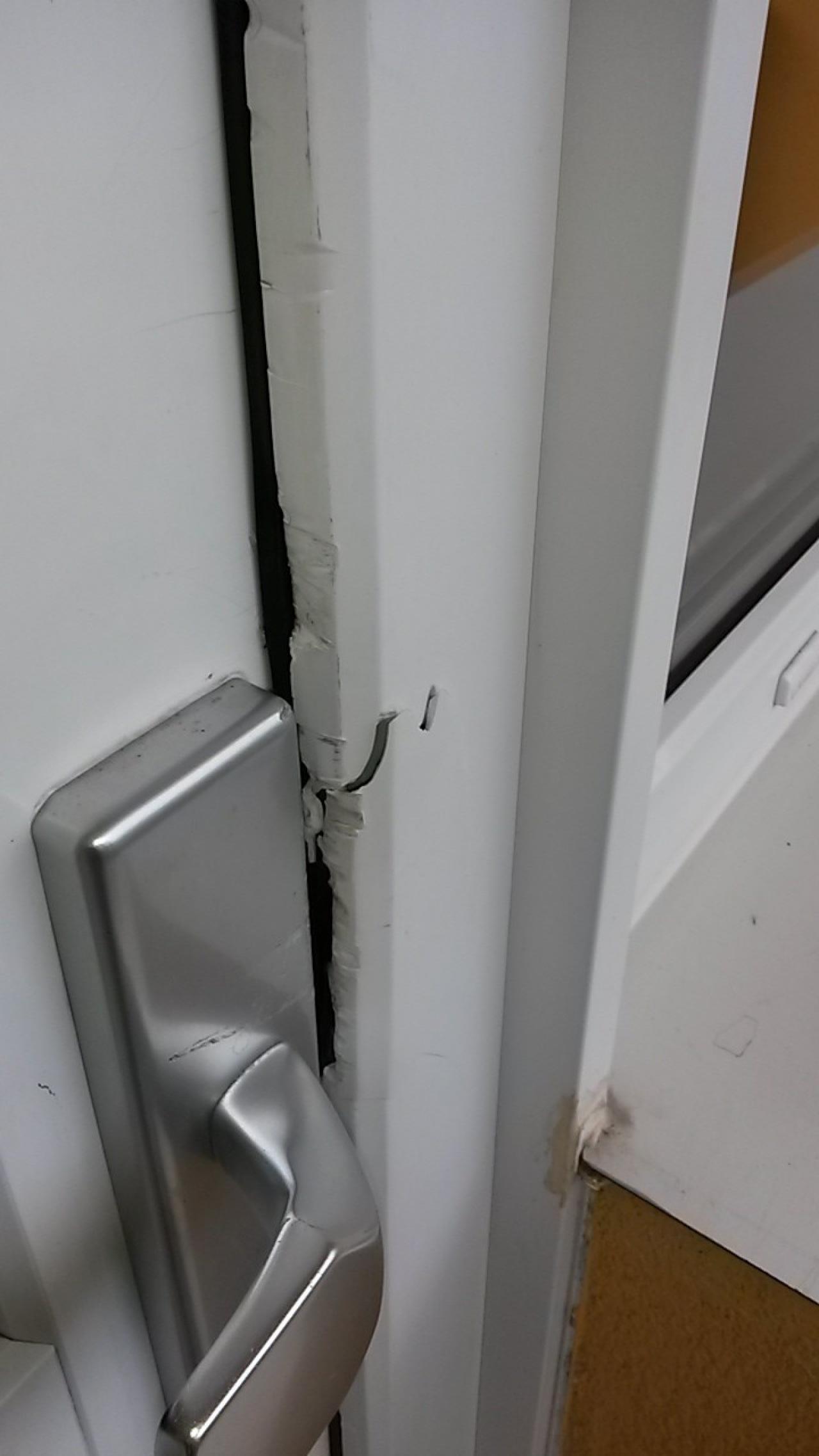 Rozlomení plastových zárubní dveří +zámek 3bod automatic GU  bez poškození
