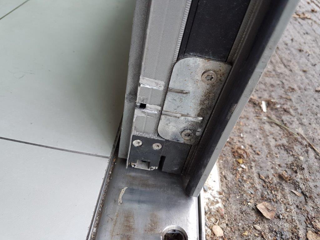 dveře - prodřený AL profil dveří