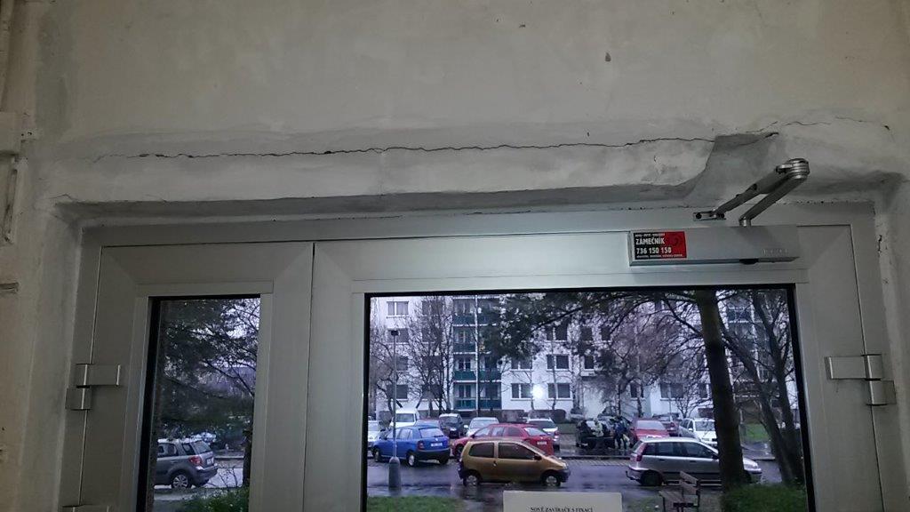 dveře - špatně seřízené, vylamují se ze zdi