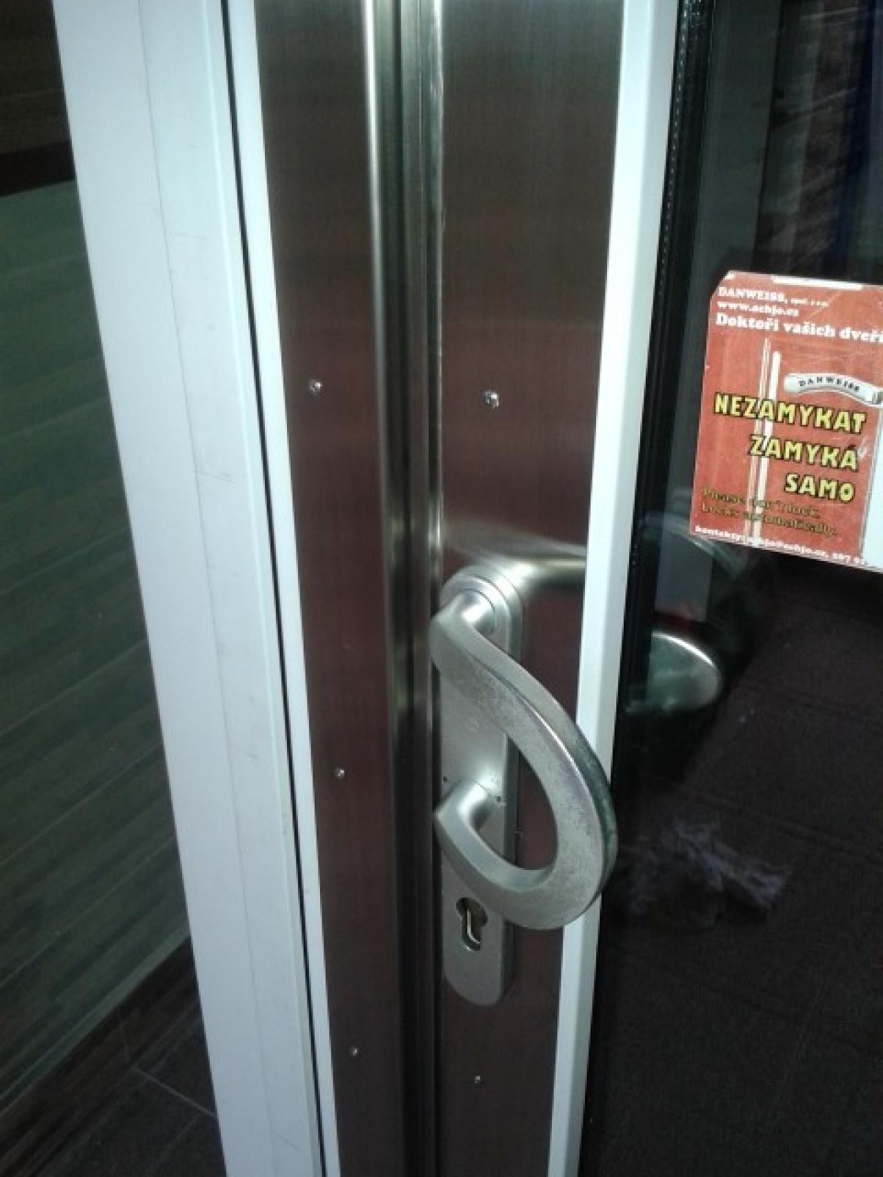 Lícování na plastových dveřích