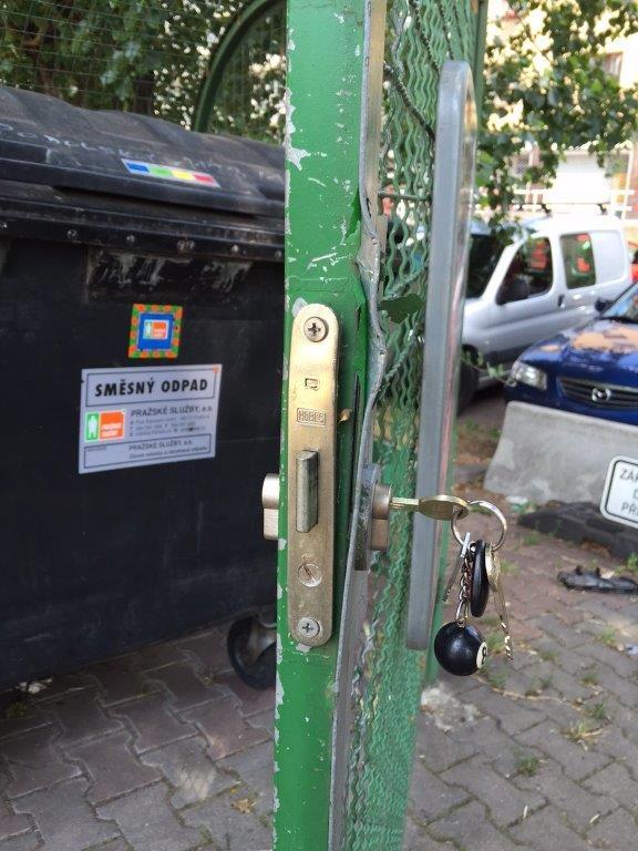 zámek zadlabací - poškozený
