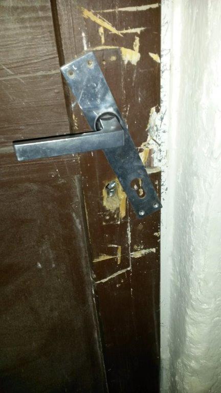 dveře - vykradený sklep