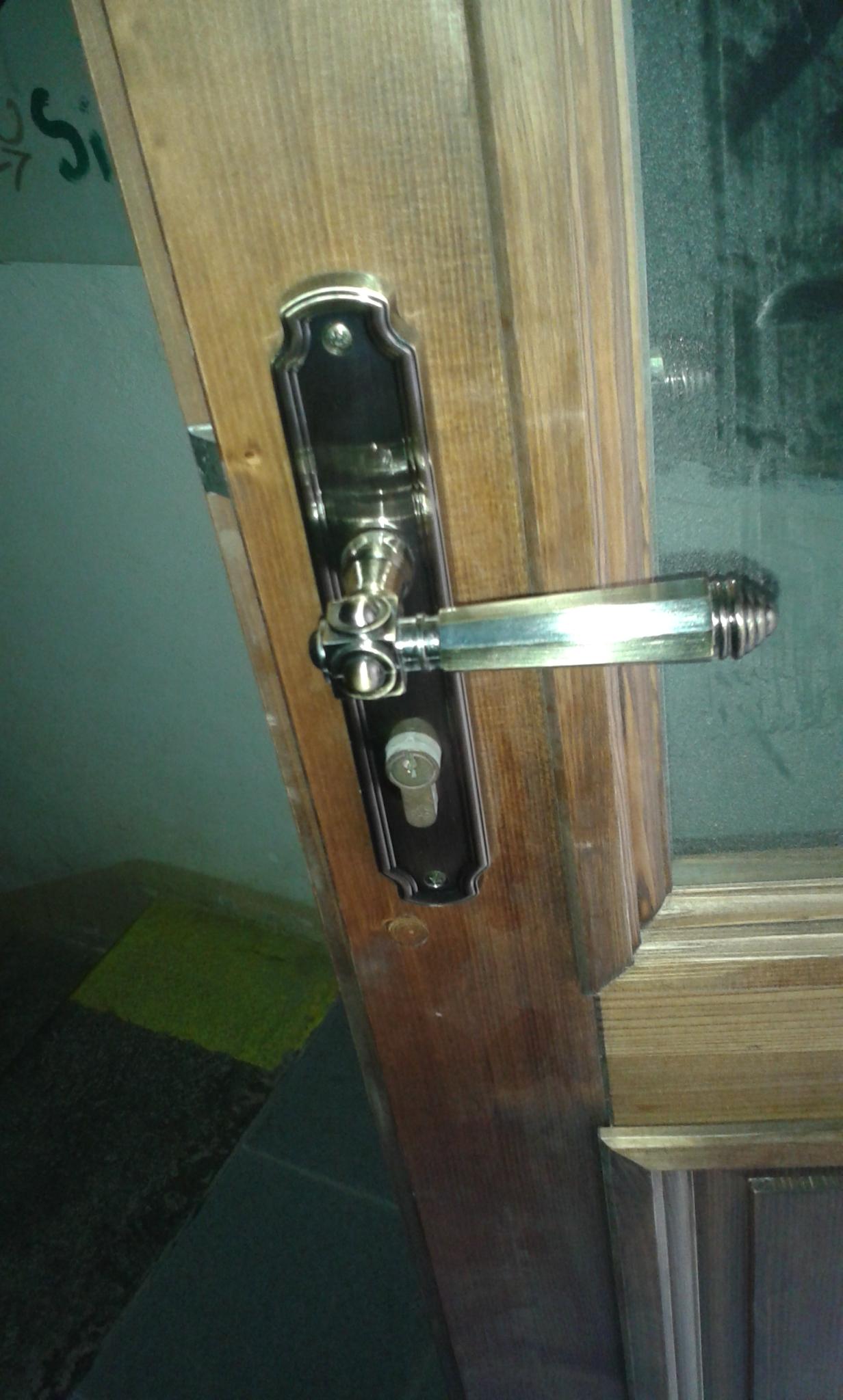 Dřevěné dveře s mechanickým zámkem